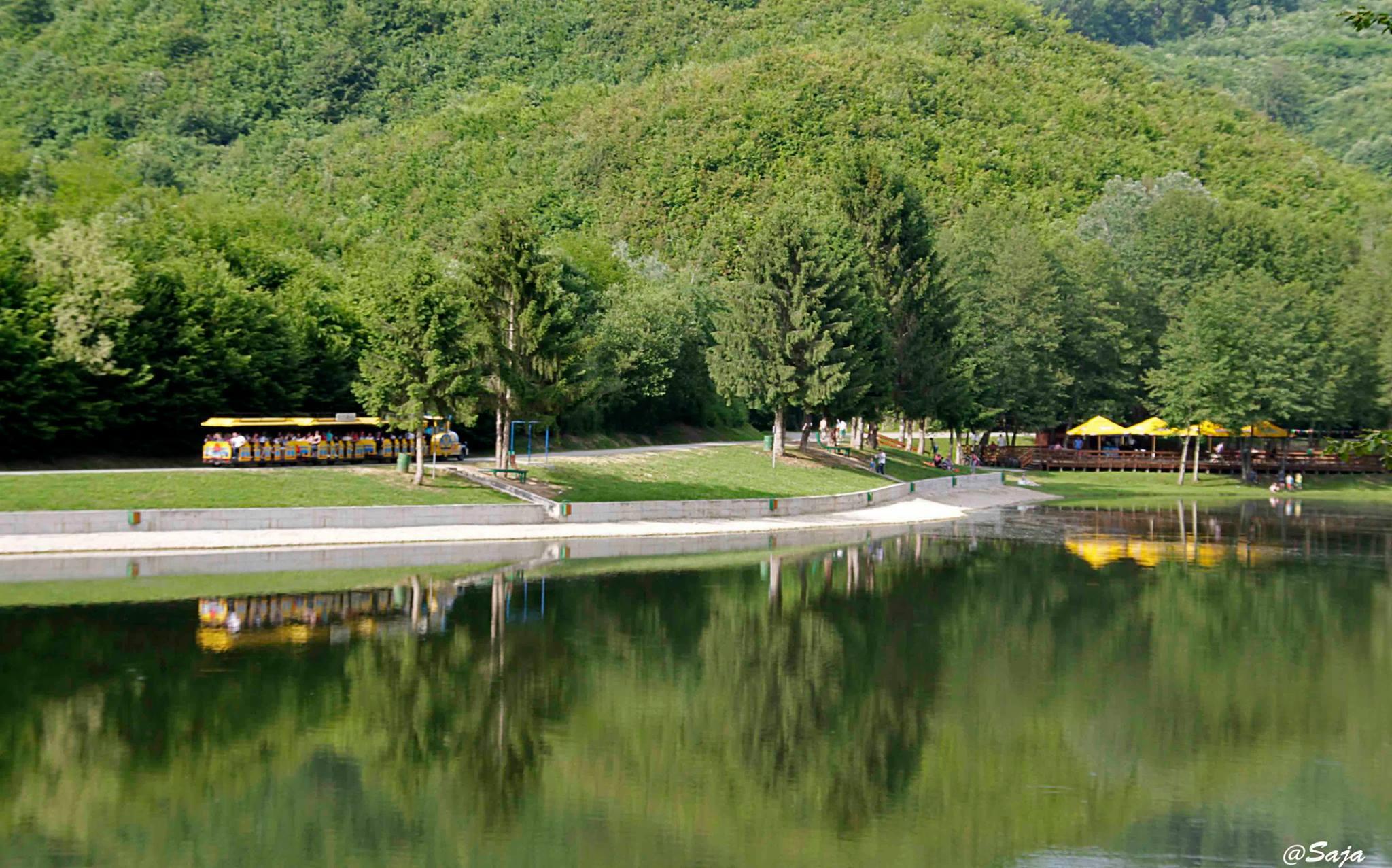 turistički vlakić vozi na novljansko jezero